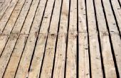 Hoe schoon een houten dek voordat kleuring