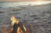 Het starten van een vreugdevuur op het strand