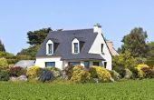 Buitenkant huis kleuren die coördineren met een grijs dak