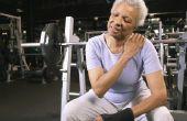 Therapeutische strekken zich uit over de schouder spieren
