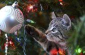 Hoe te houden van een kat uit de buurt van een kerstboom