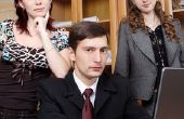Hoe om te weten als een collega een oogje op je heeft