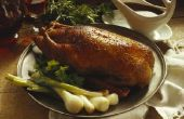 De manier van de gastronomische chef-kok aan het koken van een hele eend