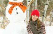 Hoe maak je een grote sneeuwpop uit nep sneeuw