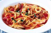 Hoe maak je een snelle zeevruchten Pasta schotel