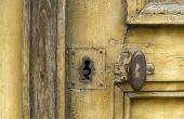 Hoe oude verf te verwijderen uit de knoppen van de deur