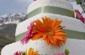 Hoe te te verfraaien een bruidstaart met kunstbloemen