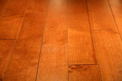 Hoogglans uit een houten vloer verwijderen wikisailor