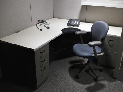 Het gebruik van de kabinetten van de keuken van ikea voor een bureau