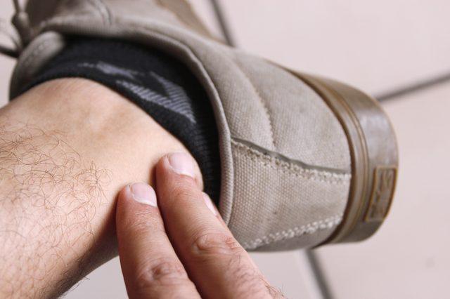 mannen voet in hak
